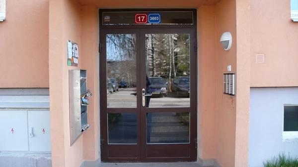 Vchodové dveře pro bytové a panelové domy - sklo je špatné řešení.